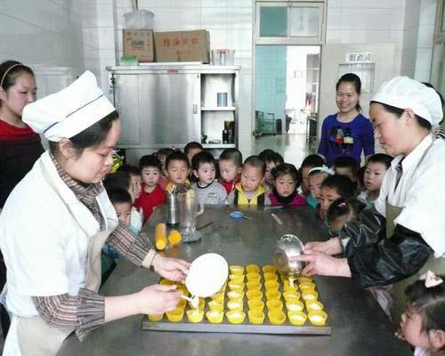 淮安市实验小学幼儿园小班的宝宝走进了厨房,亲眼目睹了厨师叔叔,阿姨
